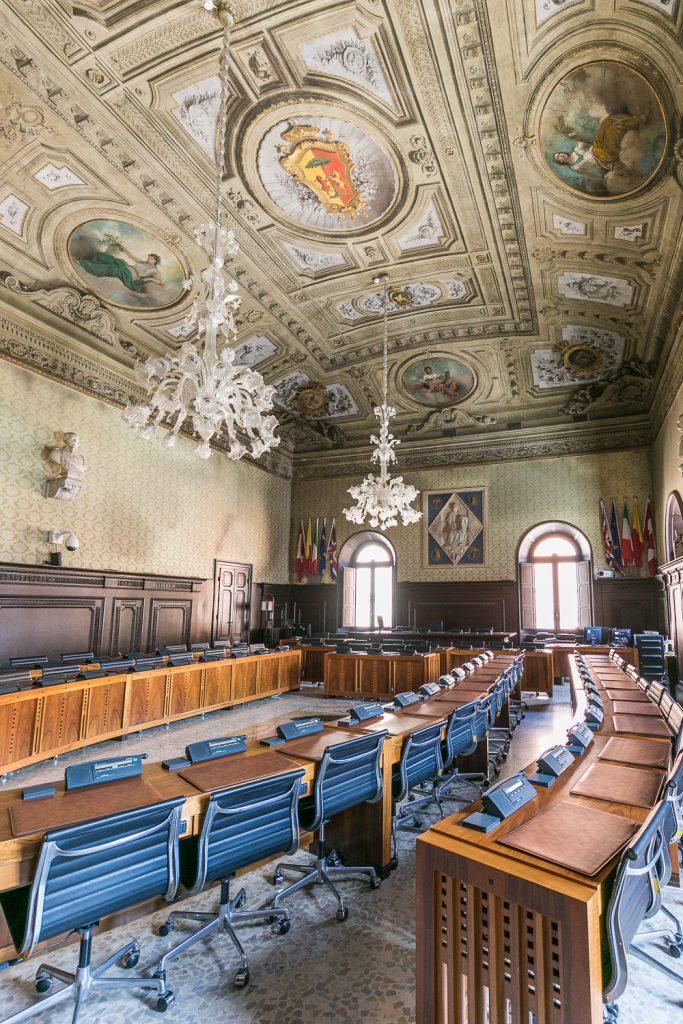 Sala del Consiglio Comunale con il soffitto decorato da Gaetano Savini