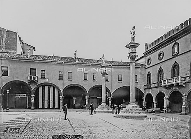 The façade of the Palazzetto Veneziano before rebuilding the mullioned windows made in 1921 – Alinari Archives, Florence - 1900 ca.