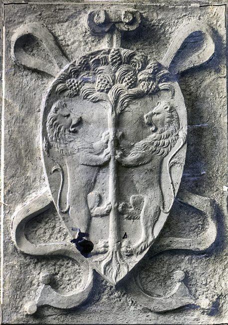 Prima raffigurazione scultorea dello stemma comunale di Ravenna – Fine XV secolo. – Archivi fotografici Istituzione Biblioteca Classense, Ravenna.