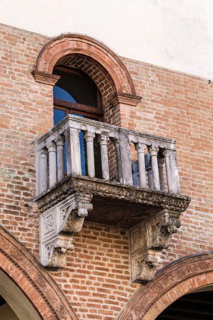 Balconcino con lo stemma di Vitale Lando, Podestà nel 1461-1462.