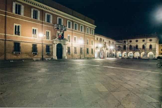 Veduta notturna del Palazzo della Prefettura e di Piazza del Popolo (Percorsi Risorgimentali Ravennati – Angelo Longo Editore @ Giampiero Corelli Fotoreporter)