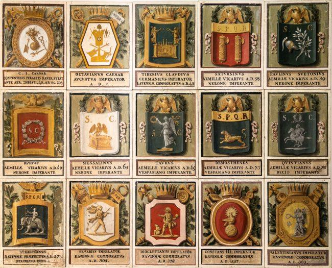 I primi quindici degli oltre 500 stemmi con i simboli araldici di coloro che hanno governato Ravenna da Giulio Cesare, nel 48 a.C., fino al 1961. Le prime 452 tele furono dipinte da Angelo Ferrari (1799-1894) nel 1846 su commissione del Cardinal Legato Saverio Massimo e, successivamente, dal 1849 al 1861, su commissione del Governatore Francesco Laderchi.