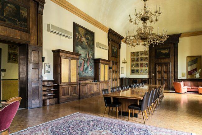 La sala delle riunioni o sala della bandiera.