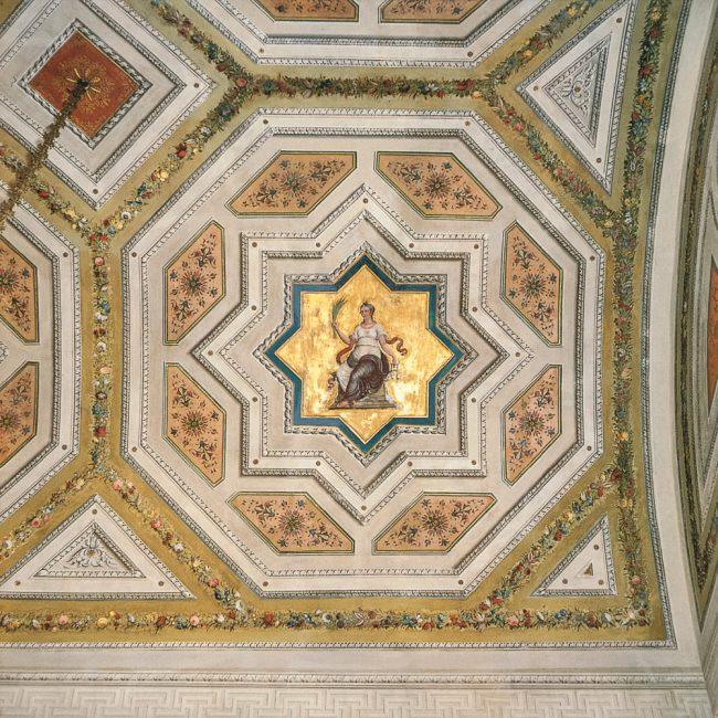 Salotto rosso: decorazione del soffitto (Ravenna segreta – Angelo Longo Editore, Ravenna)