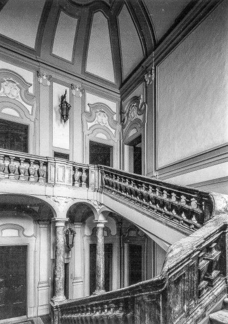 Lo scalone del palazzo (Archivio Schede Catalogo SBAPRa)