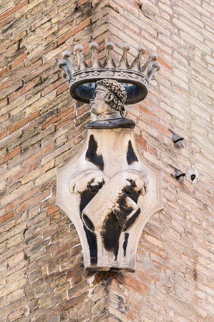 Lo stemma dei Rasponi nell'angolo sinistro del palazzo