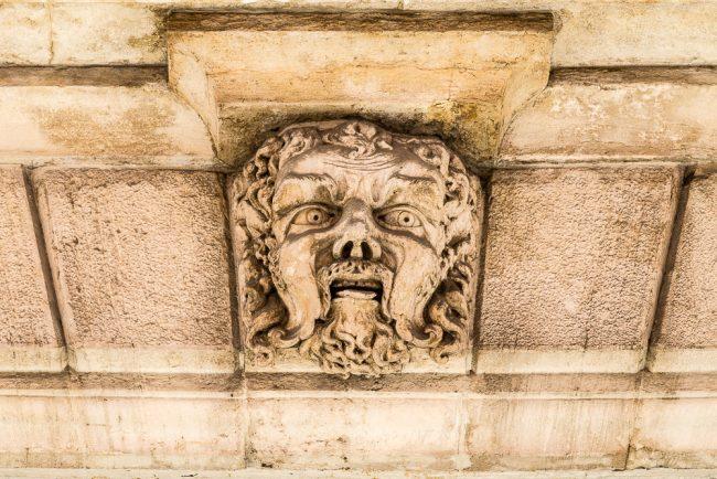 La testa di leone che decora l'architrave del portale