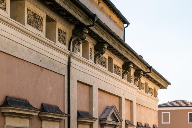 Le decorazioni della facciata, sotto la gronda