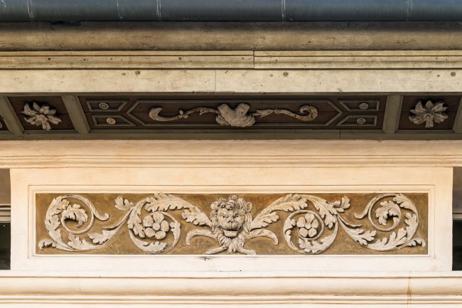 Decorations under the eaves with roses and symbols of Rasponi (heads of moors and lion paws) - Detail