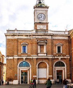 Facciata dell'edificio su Piazza del Popolo