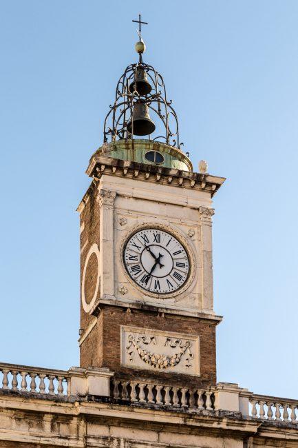 Clock particular