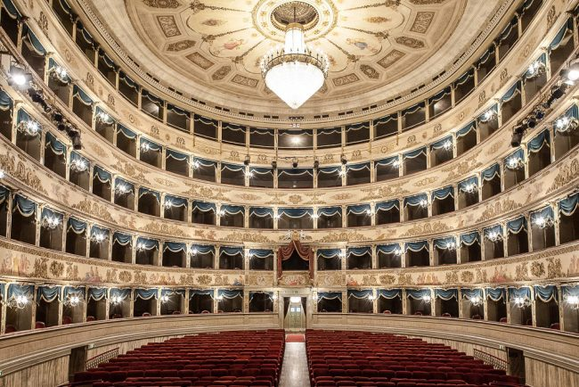 Inside: the audience with four tiers of boxes in addition to the gallery – © Giampiero Corelli Fotoreporter