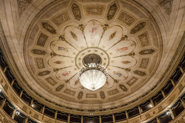 The ceiling of the theater with its splendid chandelier - © Giampiero Corelli Fotoreporter