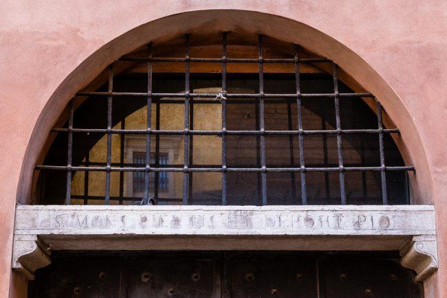 L'architrave del portale d'accesso – particolare