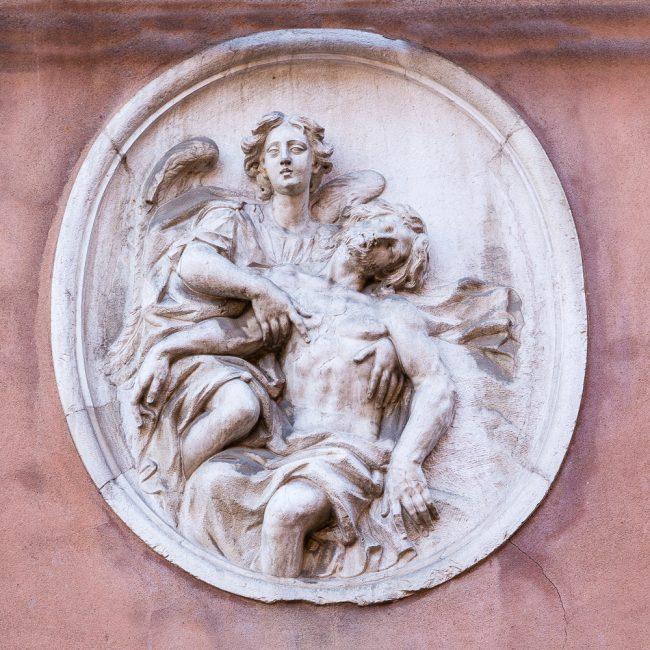 Il tondo con immagine sacra sopra al portale dell'ingresso principale – particolare