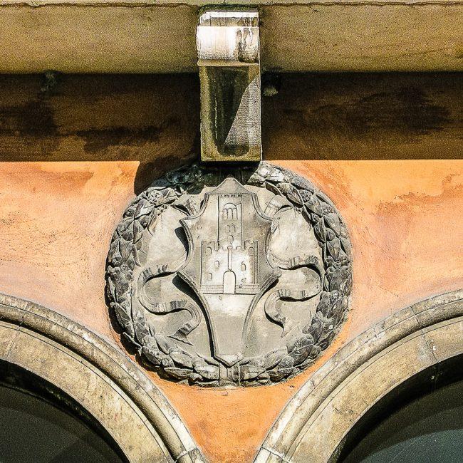 Particolare del chiostro, lato Loggetta Lombardesca - Emblema dei Monaci di Porto