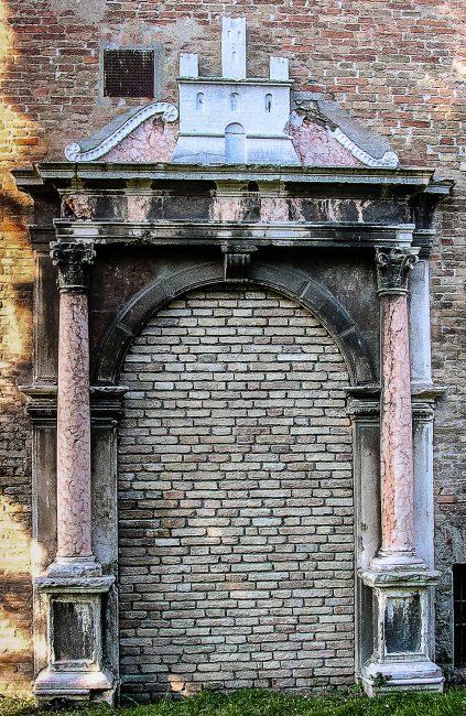 La Porta di ingresso al Monastero dei Monaci di Porto collocata oggi su di una parete esterna della Chiesa di Santa Maria in Porto, nei giardini pubblici.