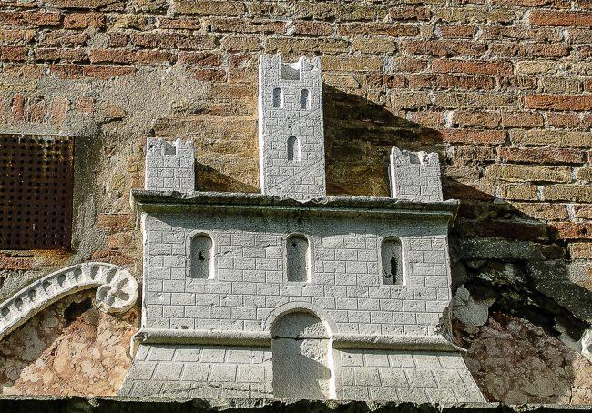 Emblema dei Monaci di Porto collocato sulla porta di ingresso al Monastero
