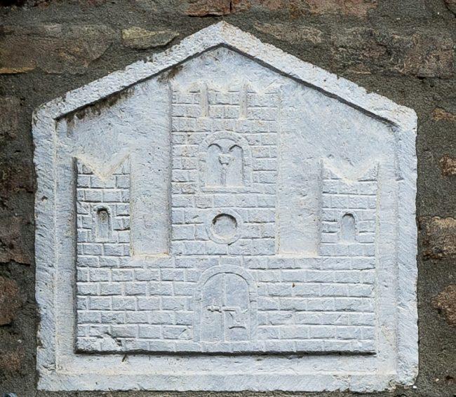 Lo stemma dei Canonici di Porto, sulla facciata