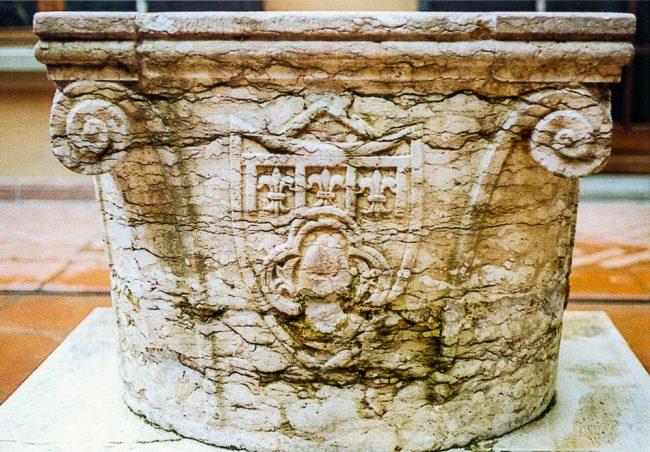 The 16th century wellhead made of Verona marble with Corelli family crest, topped with lilies of France – Gli splendori della Ravenna nascosta - © Studio Arte, Ravenna