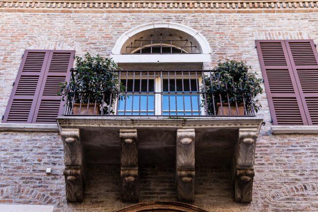 Il balcone con elementi gotici