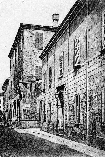 Palazzo Rasponi nel 1930 ca. con la vicina Casa Rizzetti, nota per aver ospitato Byron nel 1819, demolita per far posto alla sede della Biblioteca Oriani progettata dall'arch. Giulio Arata