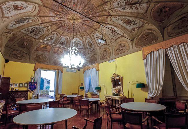 Salone con soffitto affrescato al piano nobile, oggi sede del Circolo Ravennate e dei forestieri