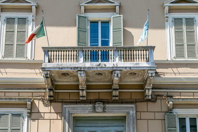 Il balcone sovrastante il portale del palazzo con lo stemma dei Rasponi