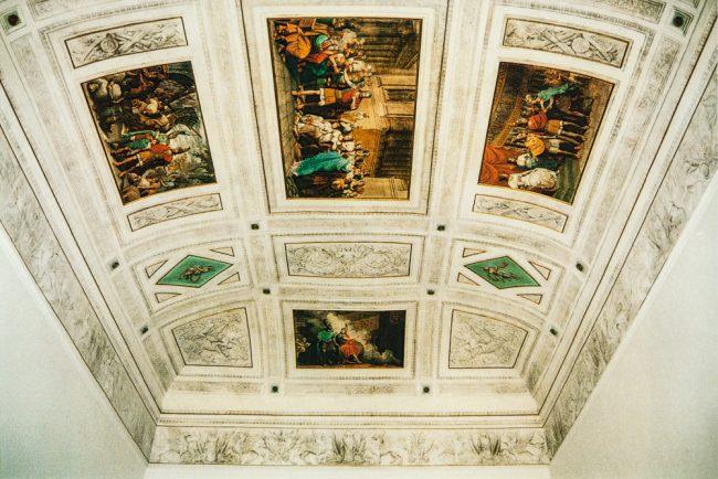 Interni – Soffitto della sala con la storia di Enea e Didone – Ravenna segreta– Archivio relazioni di restauro Soprintendenza – Angelo Longo Editore