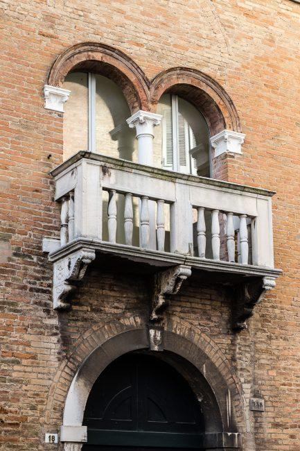 Balconcino con bifora sopra la porta di ingresso