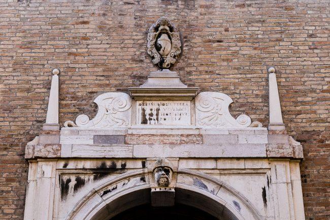 Obelischi e volute del portale con stemma di famiglia