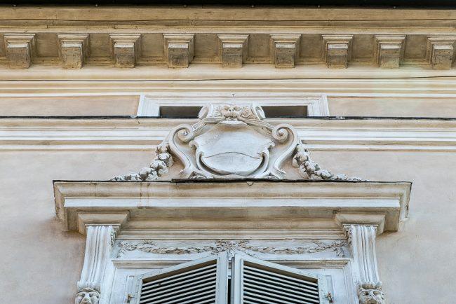 Lo stemma sopra alla finestra sovrastante il portale