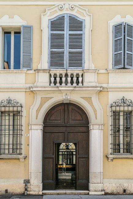 Il portale con la caratteristica finestra balaustrata sovrastante