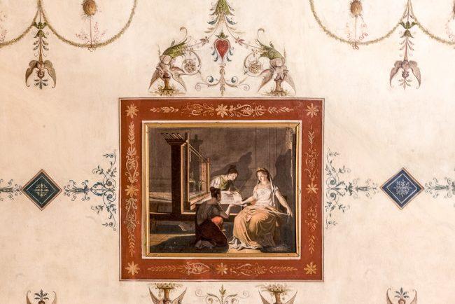 Salottino o boudoir – Particolare della volta: il riquadro rettangolare con una scena di lavori femminili - © Giampiero Corelli Fotoreporter