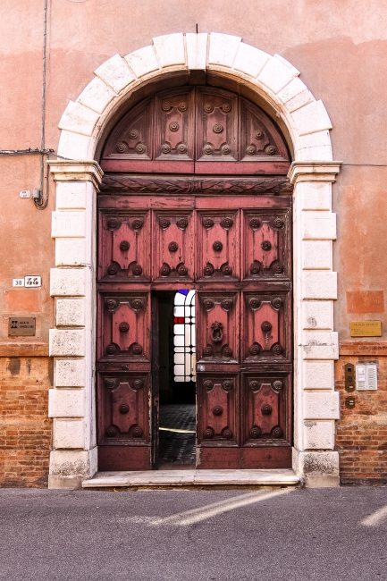 Il portale, incorniciato da robusti conci in pietra d'Istria