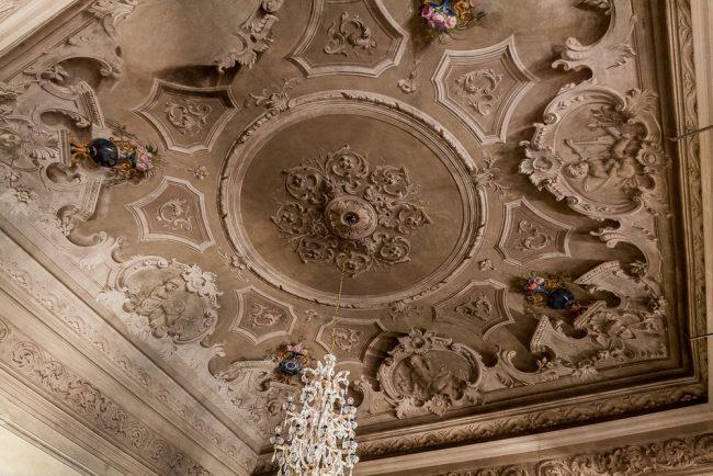 Sala dei vasi di fiori: nel soffitto, con un vistoso effetto trompe l'oeil si finge, con la tecnica dell'affresco, una ricca decorazione (quasi barocca) a rilievo. Ai quattro angoli del soffitto altrettanti vasi da fiori accomunati dal colore blu pavone di fondo - © Giampiero Corelli Fotoreporter