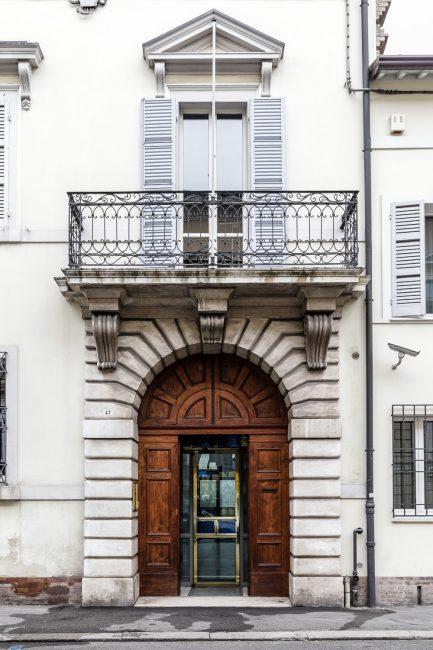 Il portale con il balcone sovrastante appoggiato su mensole