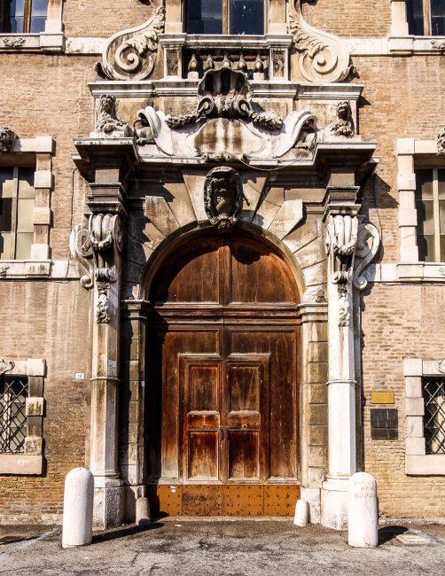 Il portale di ingresso su Piazza Kennedy, prima del restauro 2015