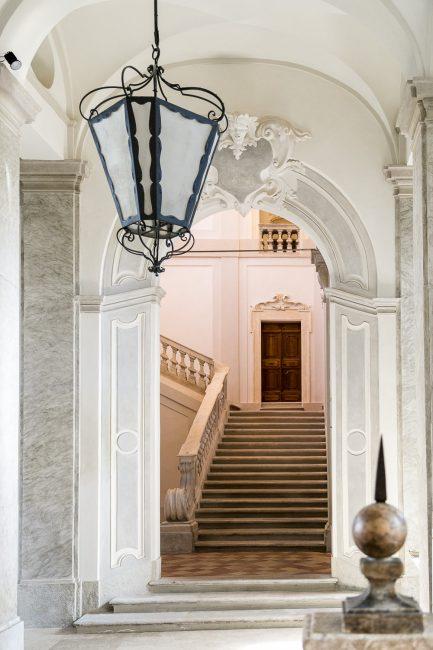 Lo scalone di accesso al piano nobile visto dall'atrio