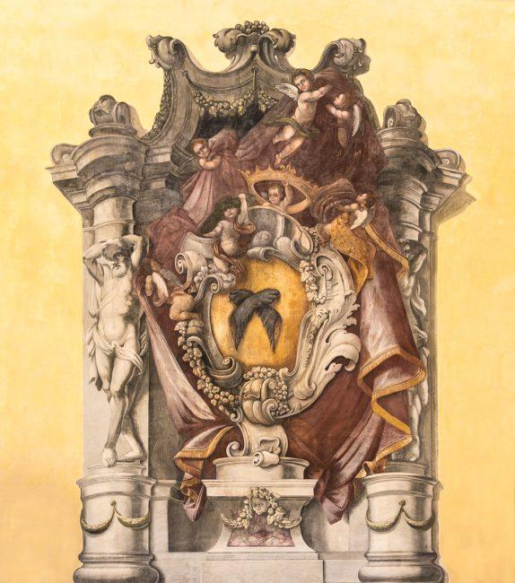 Il grande stemma affrescato dei Rasponi, nel salone di ingresso
