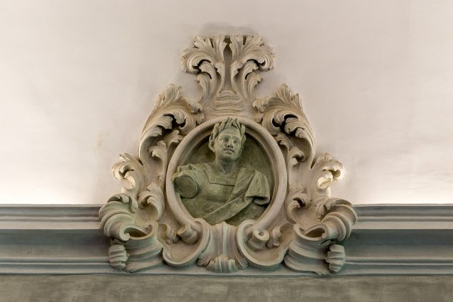 Ritratto in stucco nel cornicione di una sala