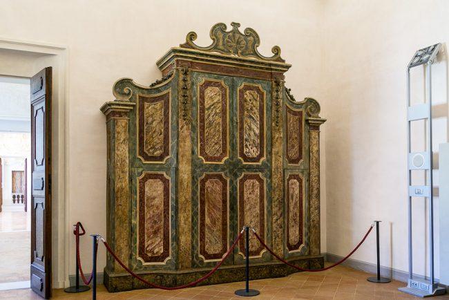 Armadio in legno dipinto