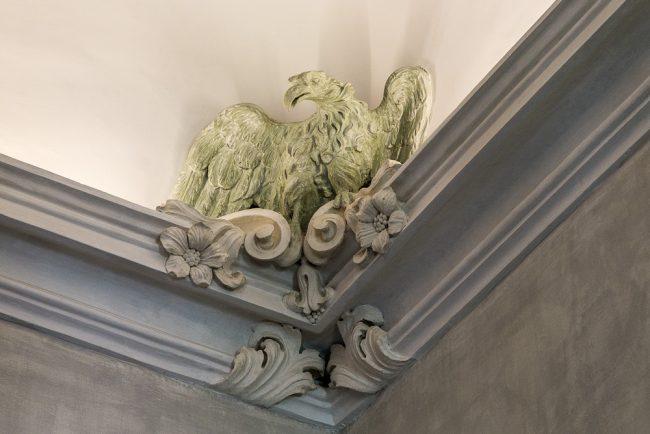 Aquila in stucco nel cornicione di una sala