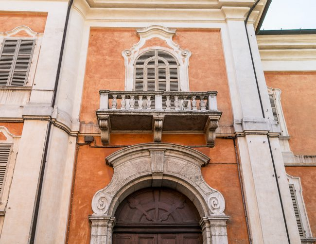 Il balcone sovrastante il portale