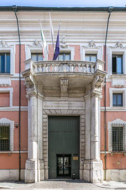 Il portale con il balcone sovrastante