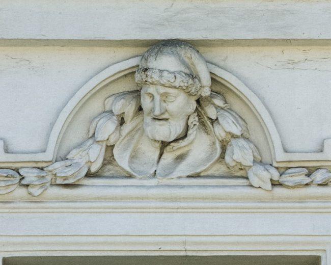 Particolare della facciata: ritratto di Mazzini – © Giampiero Corelli Fotoreporter -  Percorsi Risorgimentali Ravennati – Angelo Longo Editore