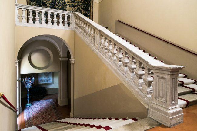 Lo scalone di accesso al piano nobile