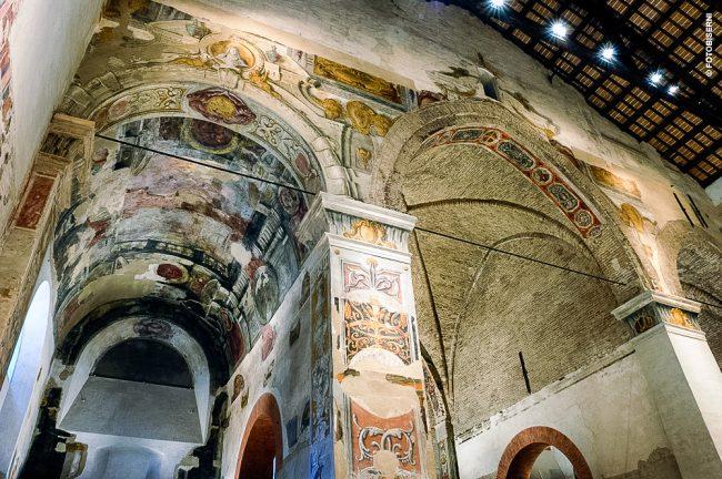 L'interno: veduta dell'abside e della cappella laterale destra – Archivio fotografico del Comune di Ravenna