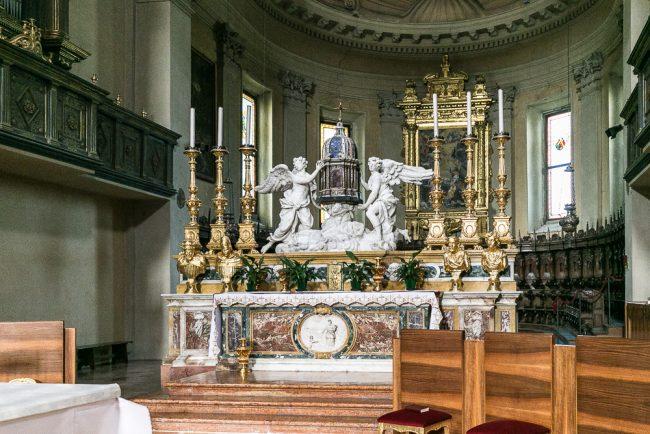 L'abside con l'altare maggiore