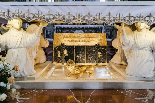 L'urna contenente le spoglie di S.Paolo I Eremita, Patriarca dell'Ordine dei Monaci Paolini, sotto l'altare maggiore 68-05 Bassorilievo in marmo della Madonna Greca